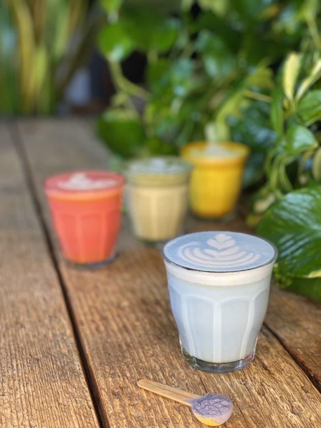 Wunderblume - Blaue Colored Latte - Lavendel - Weihrauch - Foto - The Greens Berlin